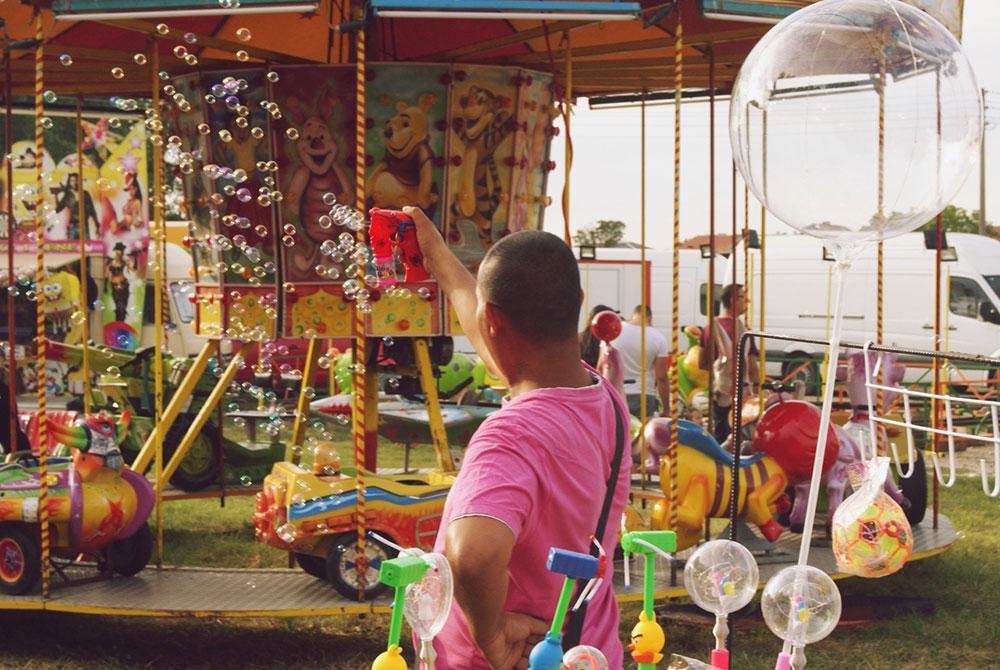 čovek u zabavnom parku pravi balončiće od sapunice