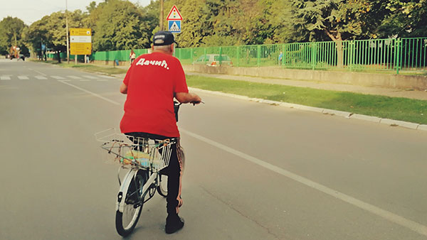 čovek na biciklu