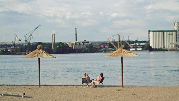 ljudi na plaži u gradu