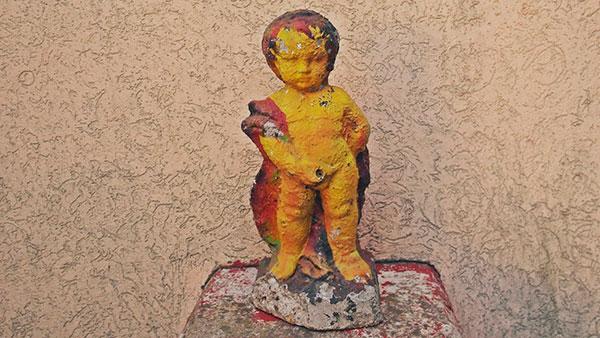 ukrasni kip dečaka koji piša