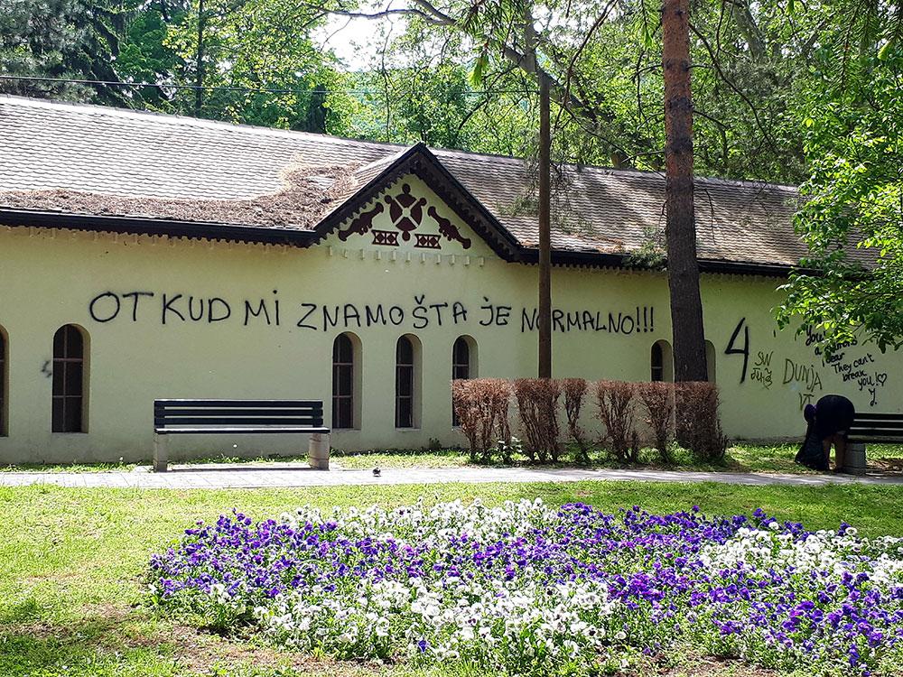 Natpis na kući u Sokobanji: Otkud mi znamo šta je normalno!!!