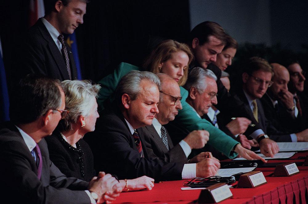 Slobodan Milošević, Alija Izetbegović i Franjo Tuđman potpisuju Dejtonski sporazum, novembar 1995.