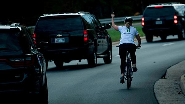 Juli Briskman 2017. pokazuje srednji prst Trampu i njegovoj pratnji, foto: Brendan Smialowski/AFP via Getty Images