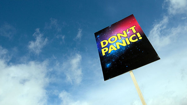 Bez panike, natpis na koricama Autostoperskog vodiča kroz galaksiju