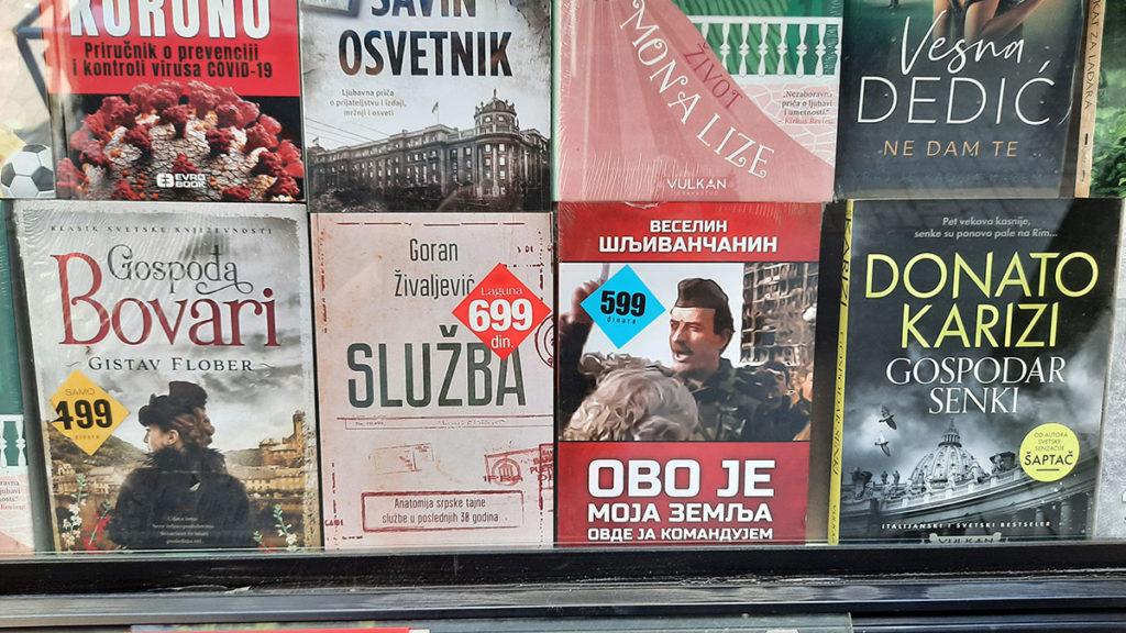 Knjige koje se prodaju u trafici i među kojima je knjiga Veselina Šljivančanina - Ovo je moja zemlja, ovde ja komandujem