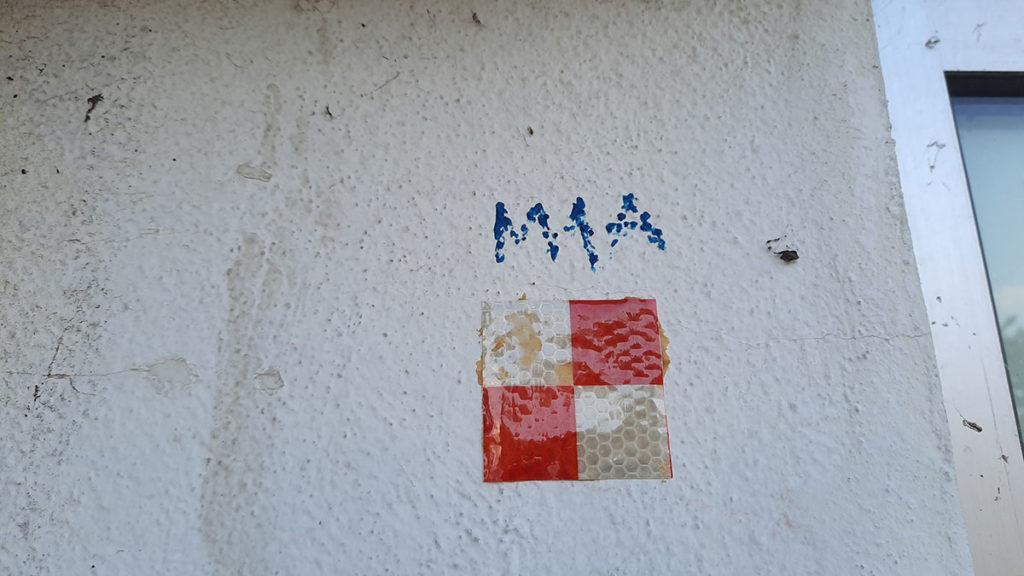 crveno-bele kockice na zidu