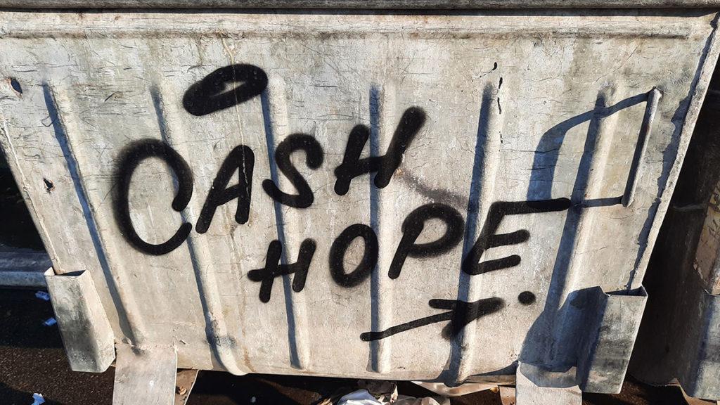 kontejner na kome piše: Cash Hope