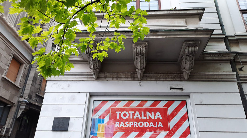 izlog prodavnice u kome stoji natpis: Totalna rasprodaja