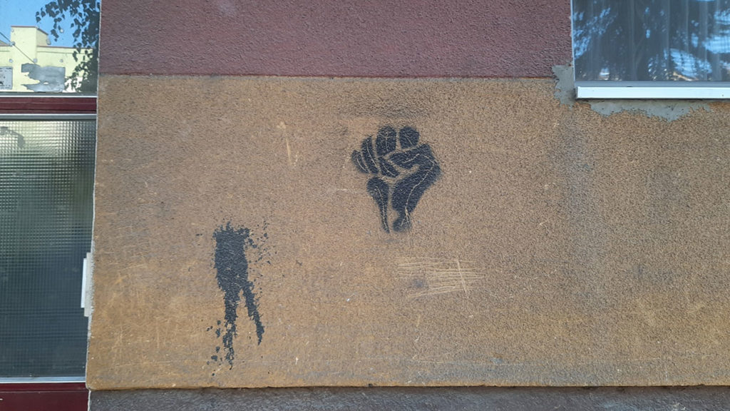 stensil na zidu zgrade: pesnica Otpora