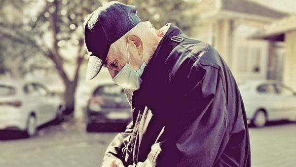 starac na ulici sa zaštitnom maskom na licu