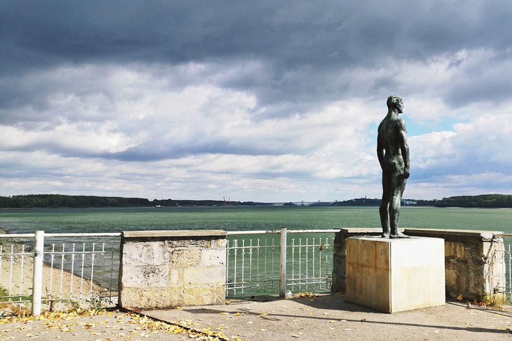 skulptura čoveka pored jezera