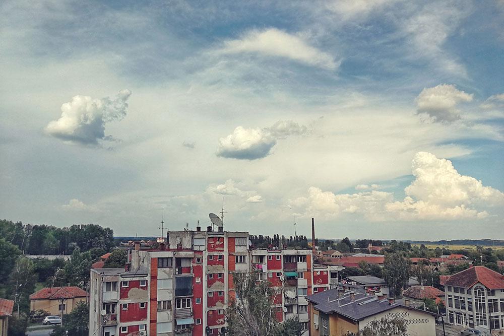 nebo iznad zgrada