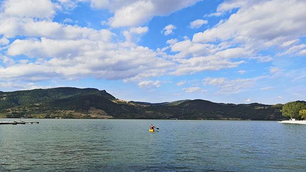 čovek u kanuu na jezeru