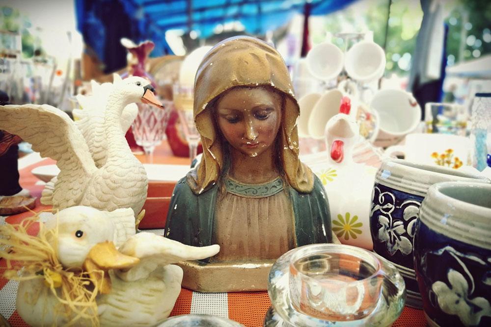 figura Bogorodice na tezgi na pijacu