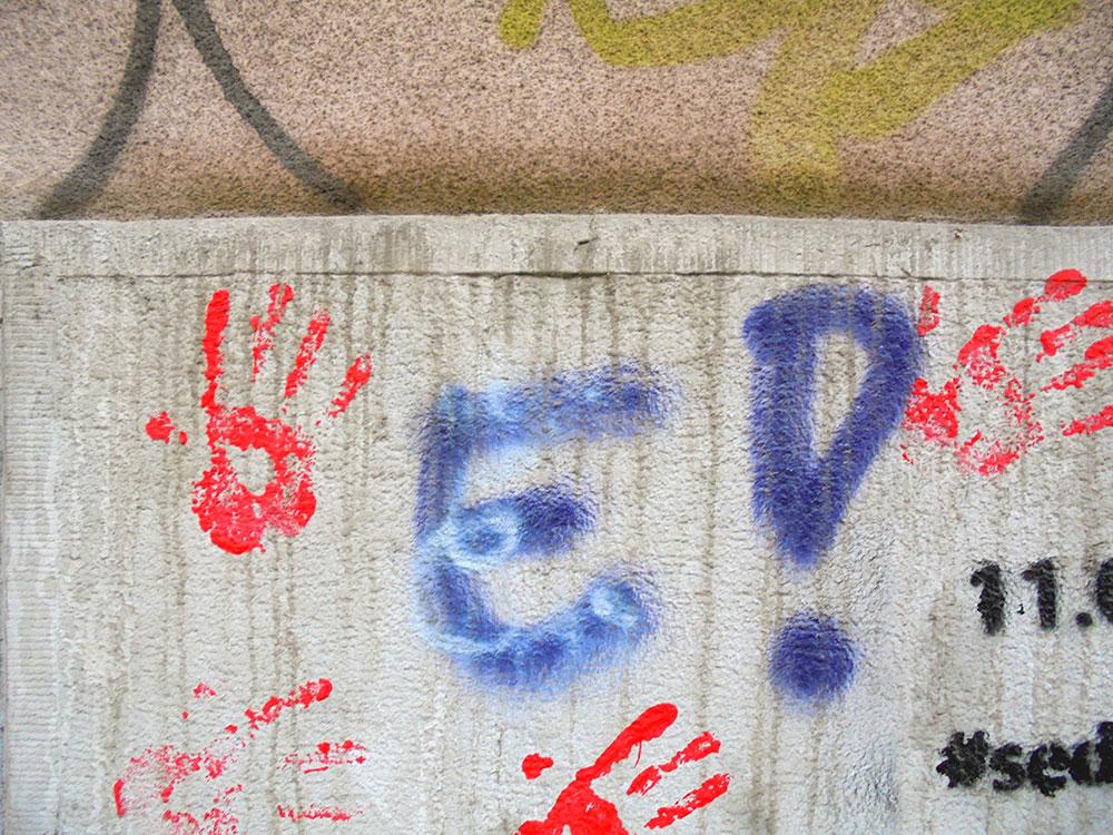 crveni otisci ruku na zidu