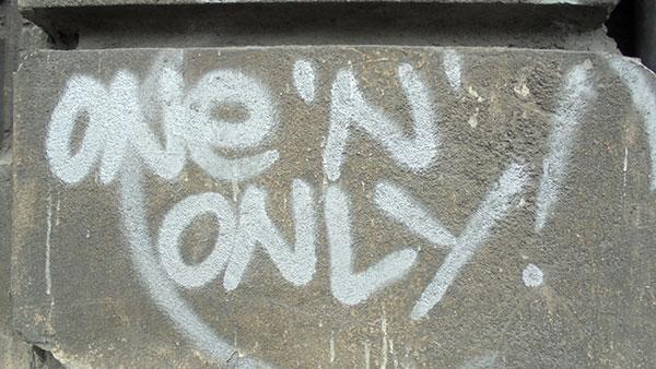 Natpis na zidu: One 'n' only!