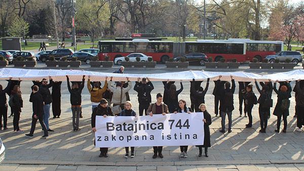 """Kraj performansa """"Batajnica 744: Zakopana istina"""" ispred skupštine Srbije, mart 2019, foto: YIHR"""