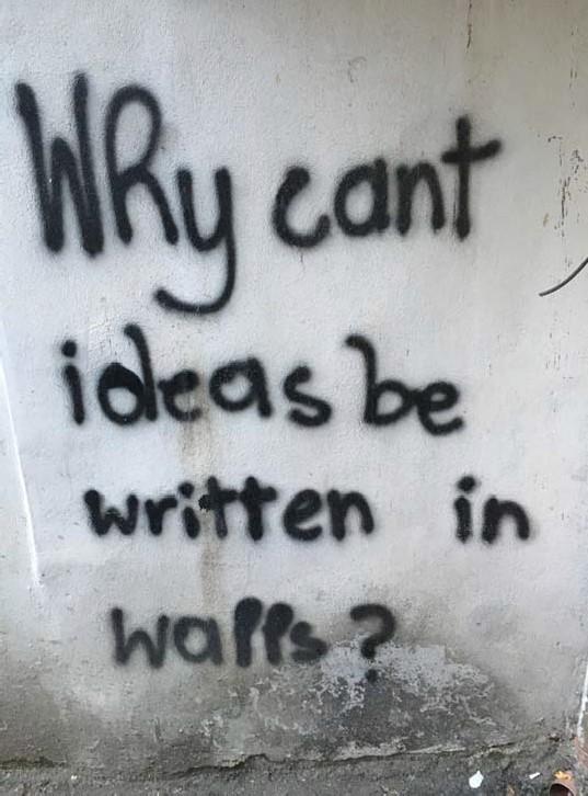 Slika 3. – Zašto ideje ne mogu biti napisane na zidovima?. Tirana, Albanija, 2019. Grafit. Snimio M. V.