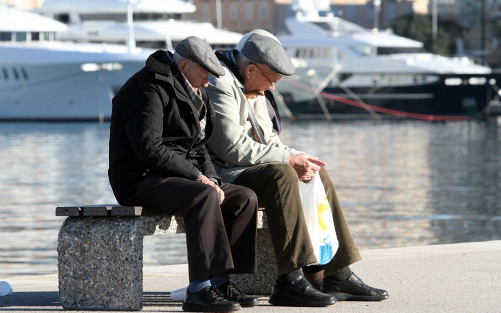 dva starca sede na rivi