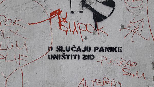Stensil: U slučaju panike uništiti zid