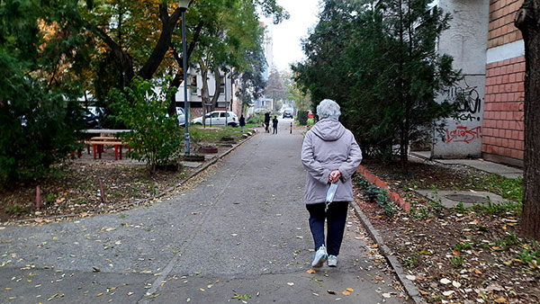 žena u šetnji