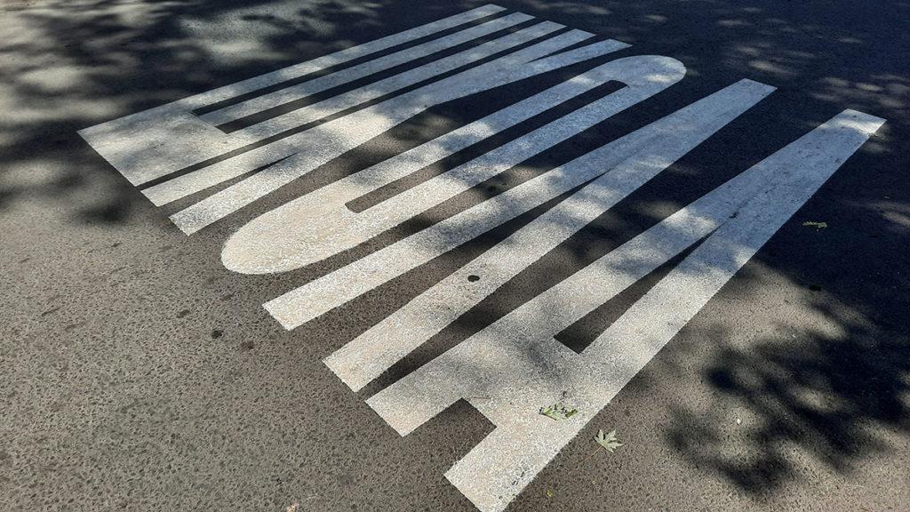 Škola, natpis na asfaltu