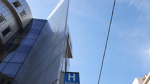 nebo iznad znaka za bolnicu