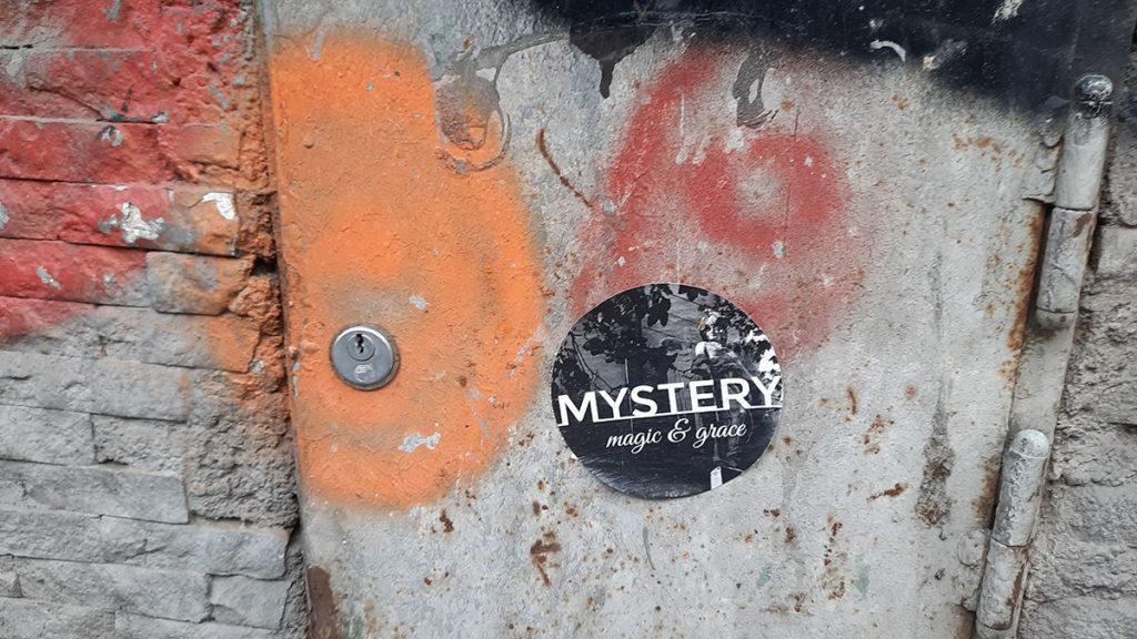 Nalepnica na kojoj piše: Mystery, magic & grace