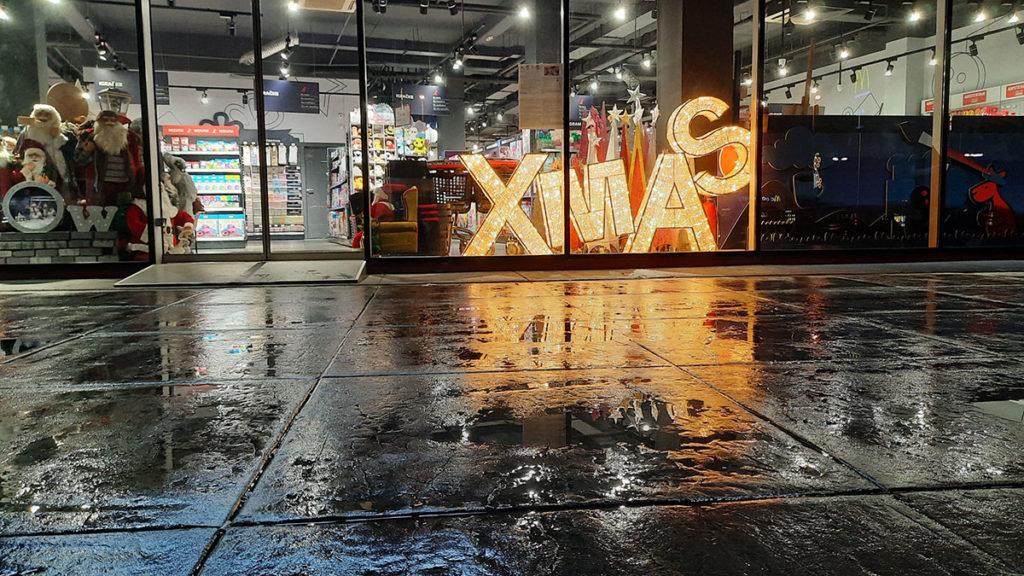 izlog prodavnice u kojoj stoje ukrasi za xmas