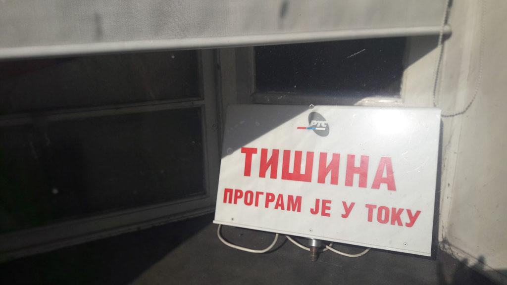 Tabla u izlogu Radio Beograda: Tišina program je u toku