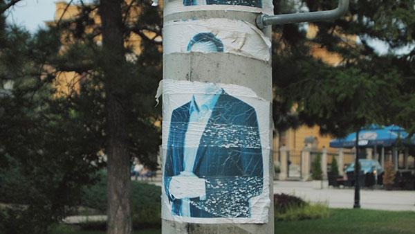 izbledeli poster sa likom Vučića