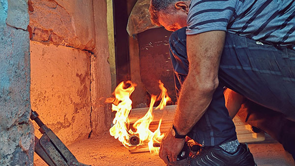 čovek koji radi nad vatrom
