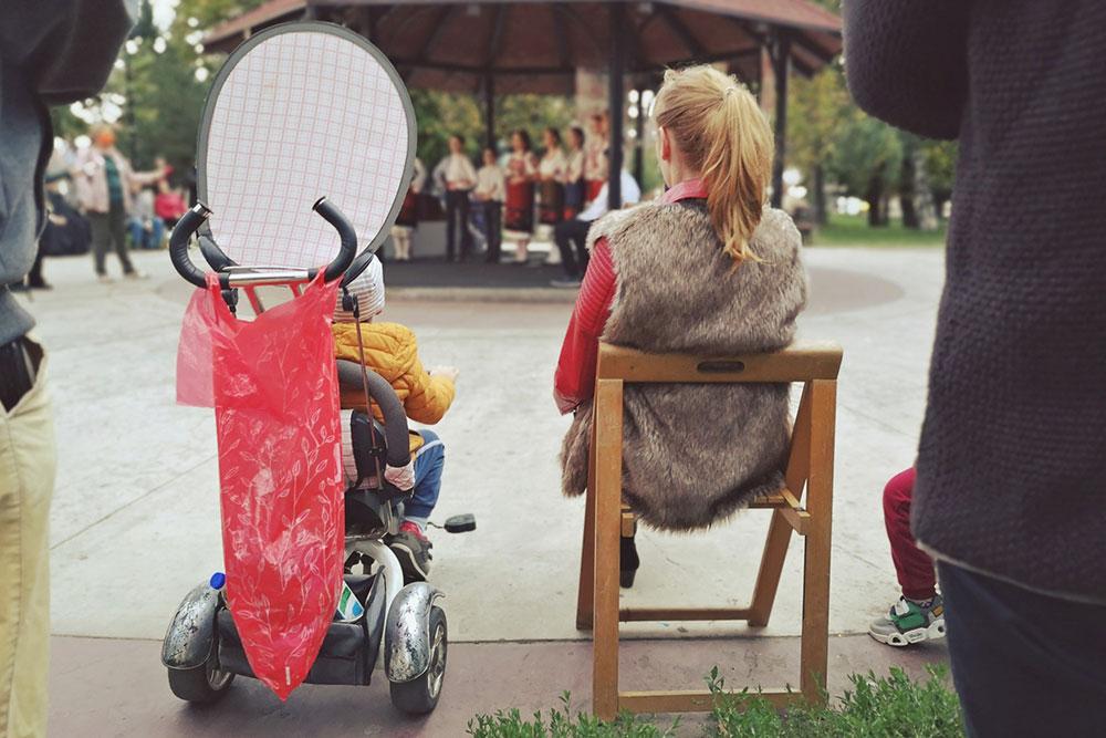 žena i dete fotografisani s leđa