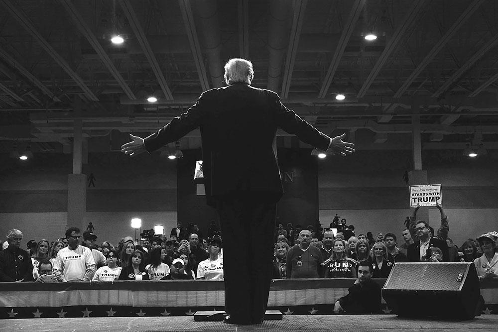Trump fotografisan s leđa govori svojim pristalicama