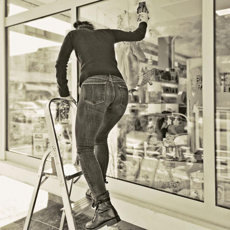 žena pere prozore