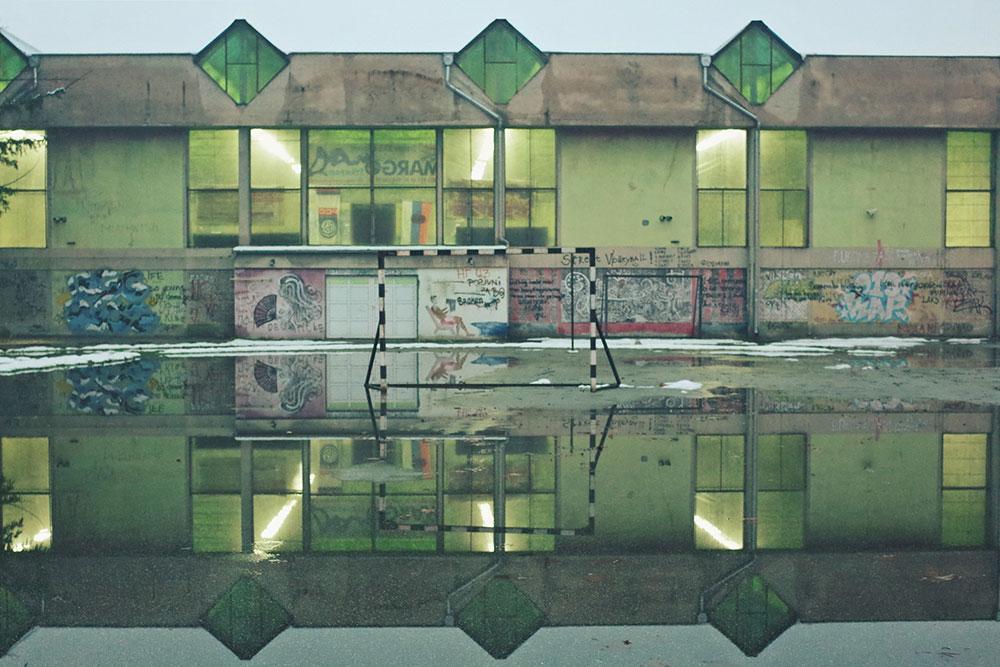 fudbalsko igralište prekriveno vodom