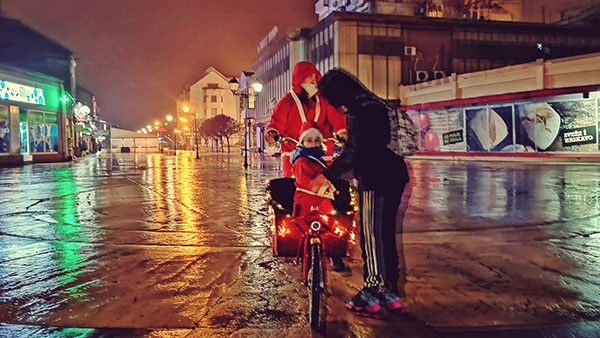 Dete na biciklu Deda Mraza