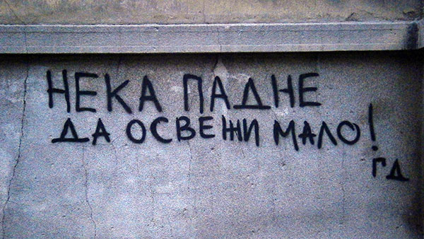 Natpis na zidu: Neka padne da osveži malo!