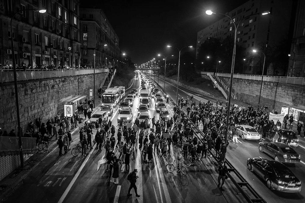 ljudi blokiraju ulicu