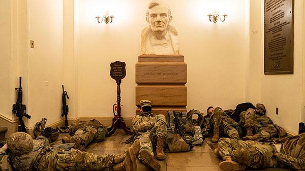 Pripadnici Nacionalne garde spavaju na Kapitolu