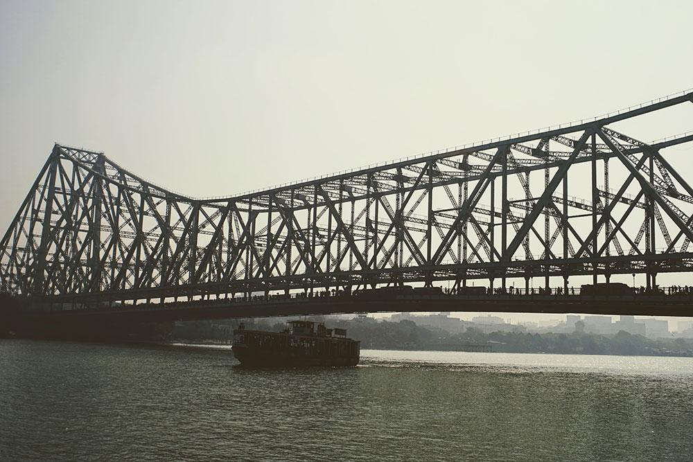 brod prolazi ispod mosta