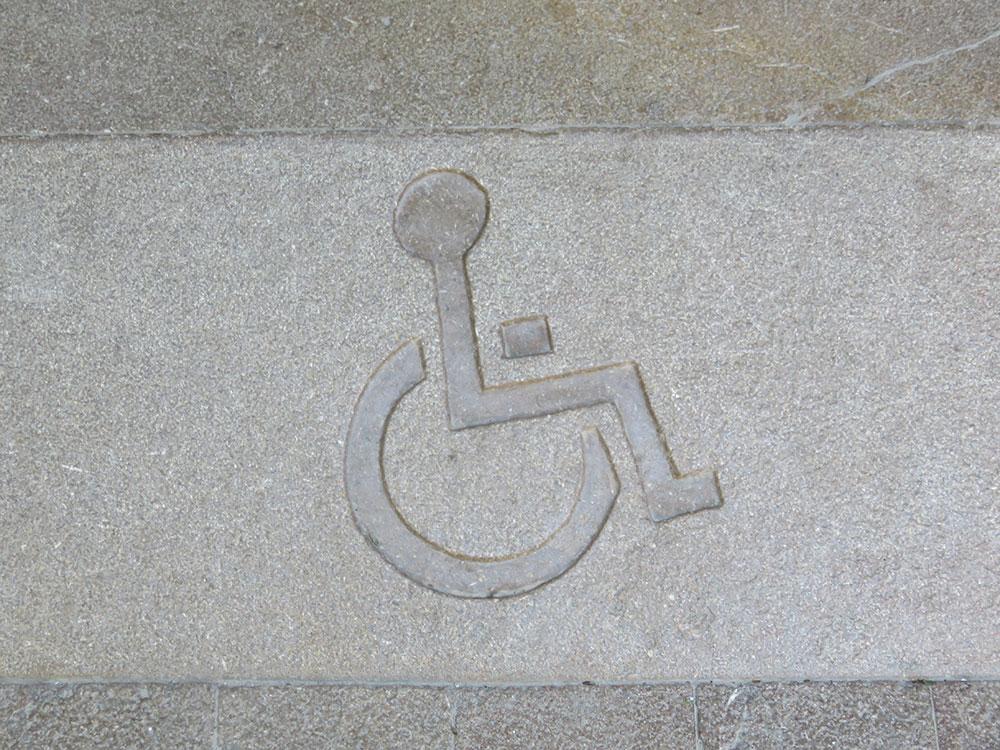 Znak za osobe sa invaliditetom - čovek u kolicima