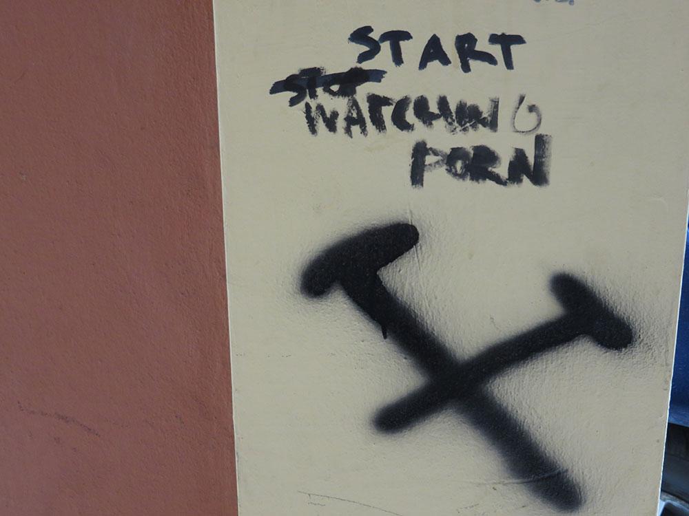 Stop/Start watching porn (Ne gledaj/gledaj porno), foto: Peščanik