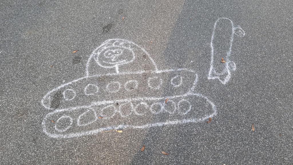 tenk nacrtan kredom na betonu