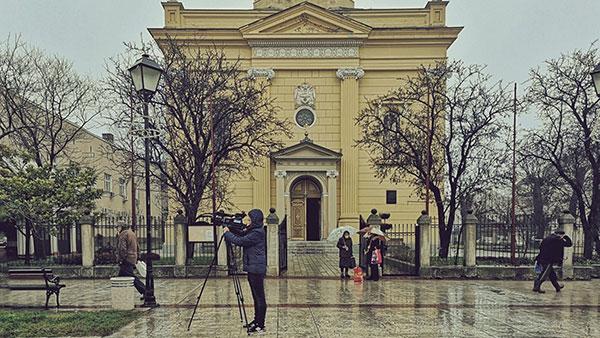 kamerman ispred crkve