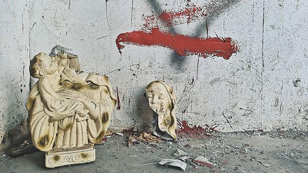 razbijena skulptura bogorodice