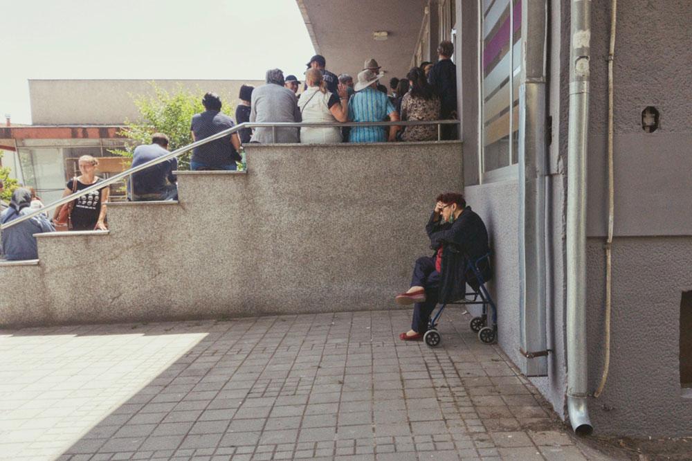 ljudi čekaju u redu ispred kovid ambulante