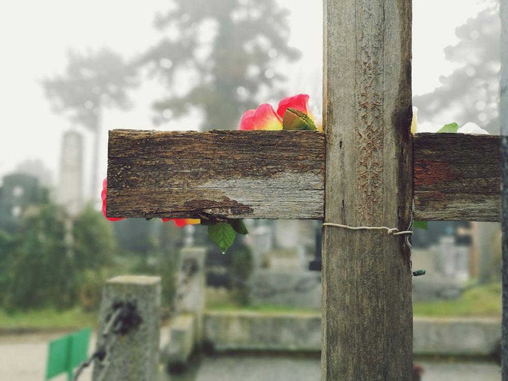 drveni krst na grobu