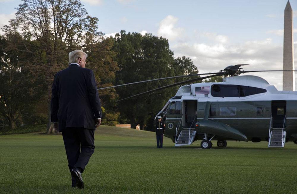 Trump ulazi u helikopter prilikom napuštanja Bele kuće