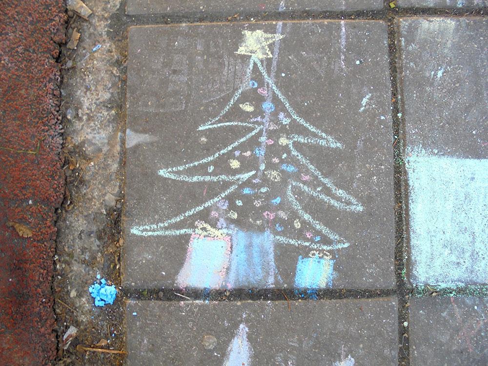 novogodišnja jelka nacrtana kredama na zidu